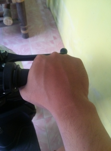 Telapak tangan menimpa batas grip