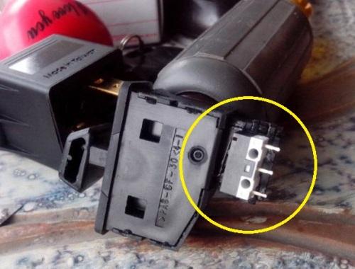 Saklar flash lampu jauh (dim) di bodi saklar sein.